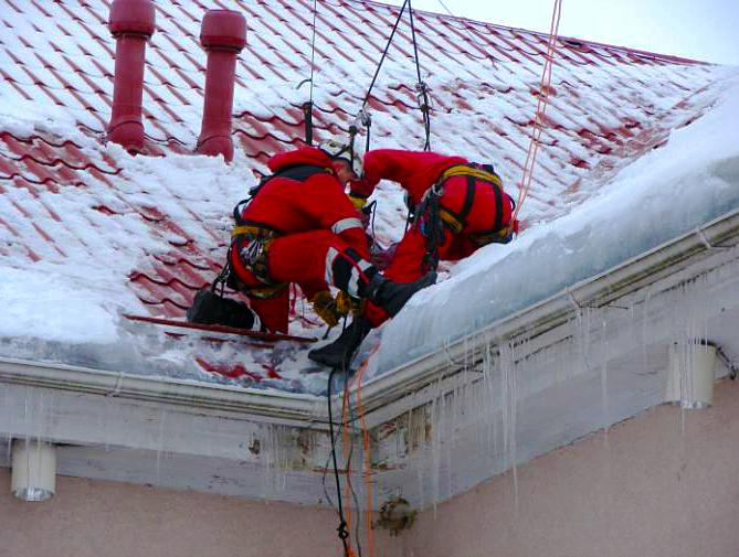 Уборка снега промышленные альпинисты