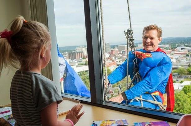 Промышленный альпинист супергерой